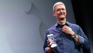 Apple-CEO-Tim-Cook-with-the-new-iPhone-6-and-the-Apple-Watch--9sep2014--Getty-Images